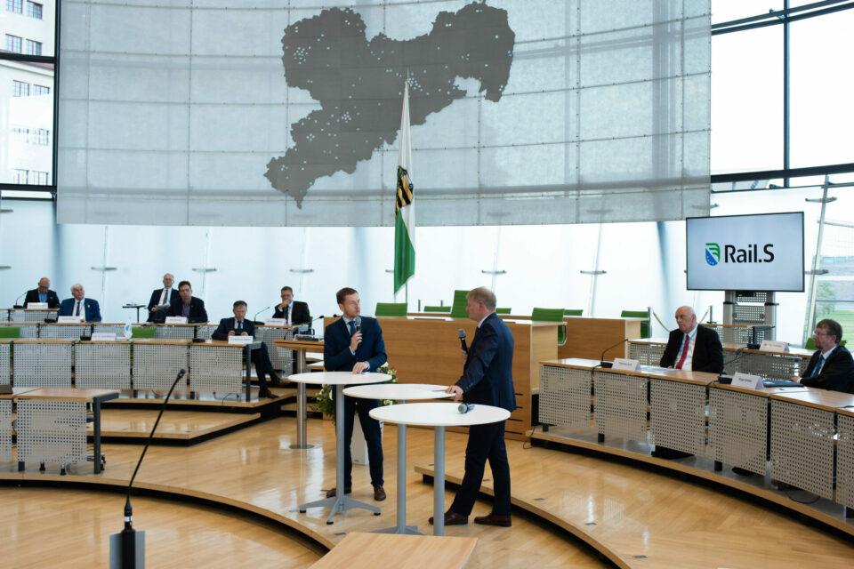 Vorstandsvorsitzender Prof. Dr. Arnd Stephan im Dialog mit dem Sächsischen Ministerpräsidenten Michael Kretschmer