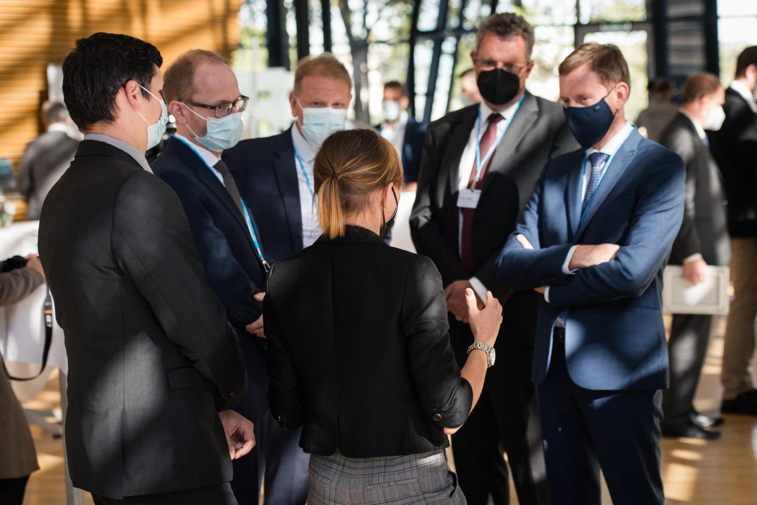 """Ministerpräsident Kretschmer mit Ausstellern der Begleitausstellung """"Bahntechnologie made in Saxony"""" im Gespräch"""